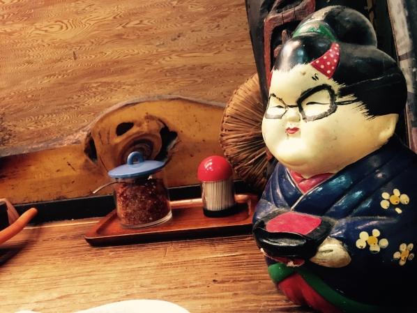 赤門屋には、いつもカウンターの隅っこで微笑んでいるおばちゃんがいます。の画像
